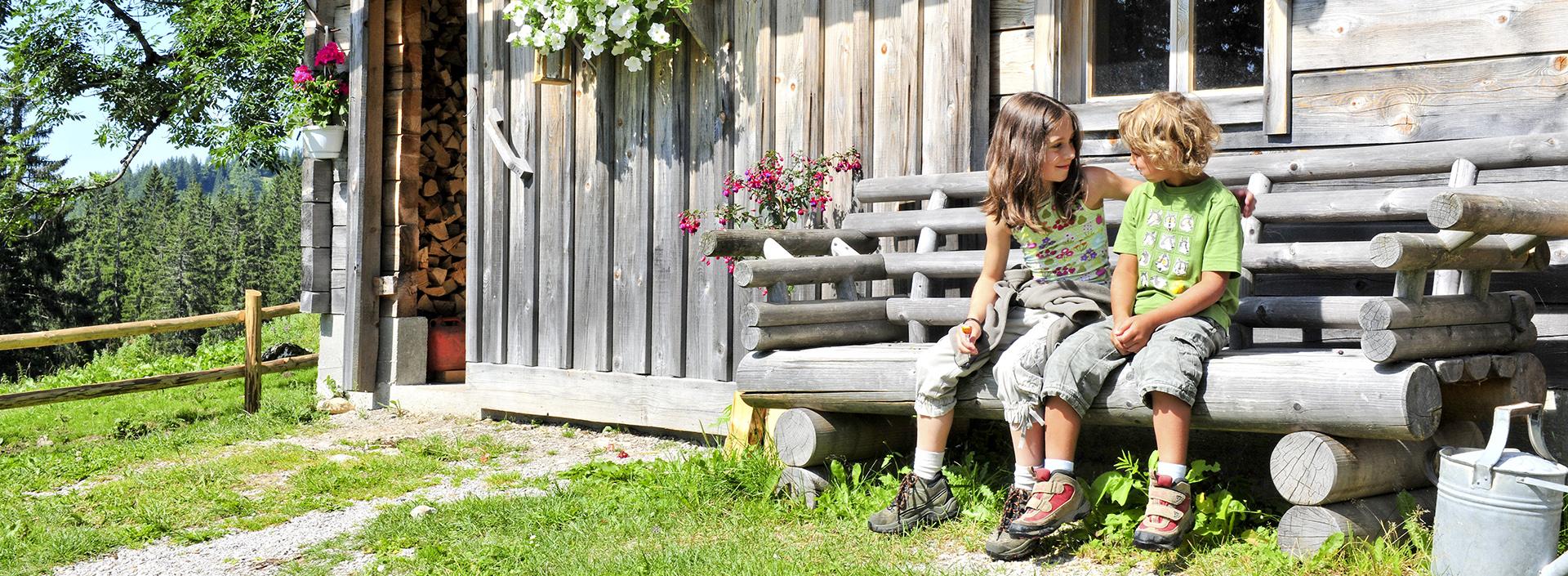 Kinder vor einer Hütte im Naturpark Eisenwurzen